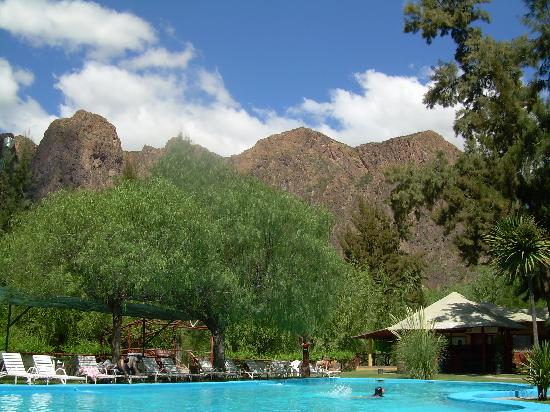 Hotel Nitra II: la pileta y la montaña