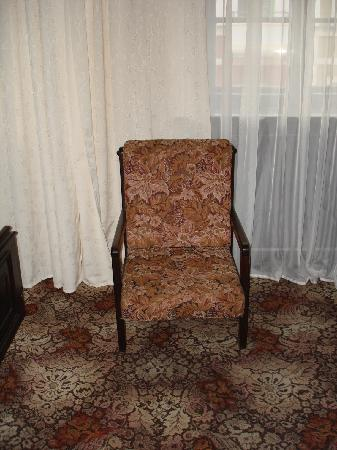 Dwor Polski: High-backed chairs and the ugly carpet