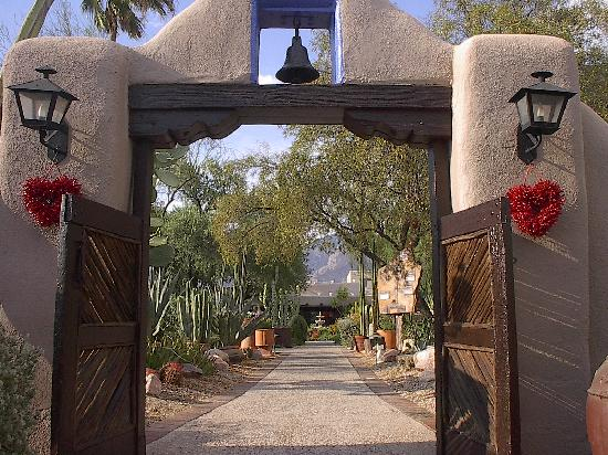 Hacienda Del Sol Guest Ranch Resort: Entrance to the Ranch