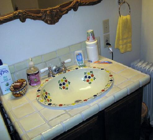 Mi Gatita Bed & Breakfast: Sink in adjoining bathroom