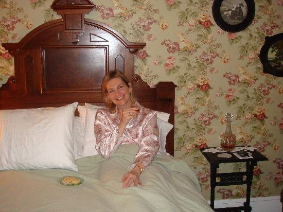 The II Georges Inn: Chocolate chip cookies on our turned down bed and sherry on the nightstand.  Heaven!