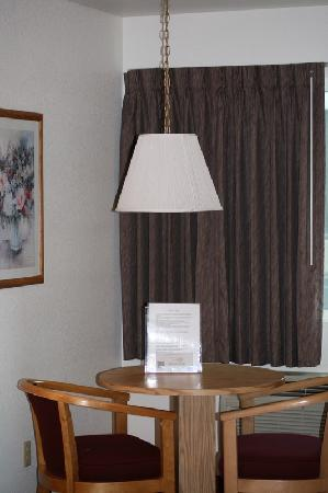 Super 8 Austin North/University Area: Room and table