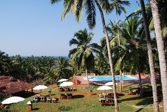 Kadaloram Beach Resort: pool and garden