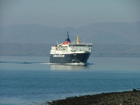 Lomond View Country House: The ferry entering Oban