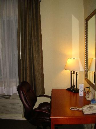 Holiday Inn Express Suites Gananoque: Desk area next to window