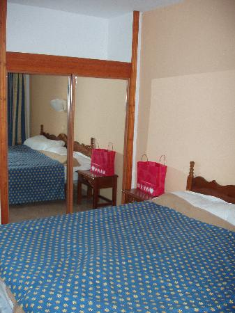 Sol Jandia Mar Apartments : Bedroom with mirror robes