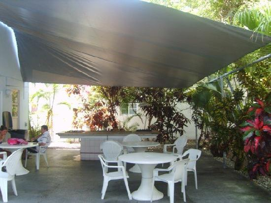 Tropics Hotel & Hostel: The outdoor kitchen area