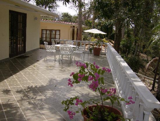 Contadora Island Inn: rear decks both houses