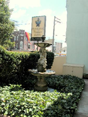 Manor House Boutique Hotel Sydney: Manor House Hotel Front Garden & Sign (March 2005)