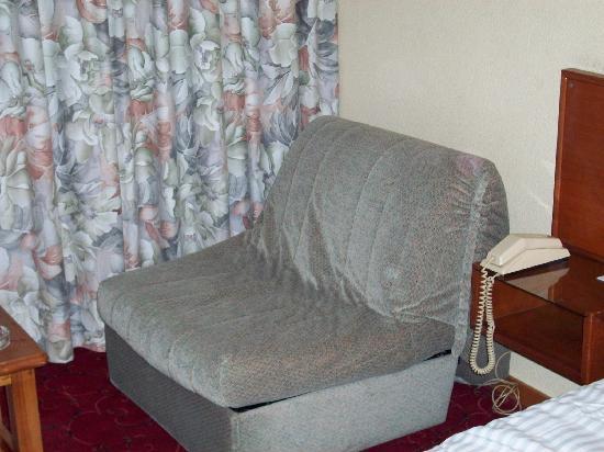 Panorama Hotel: sillon-cama mal estado para dormir
