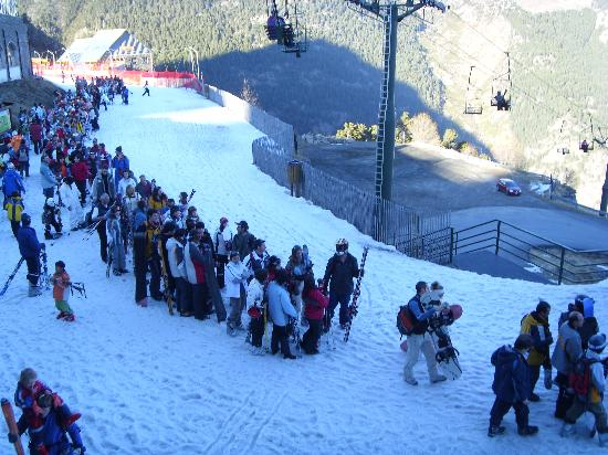 Hotel Crest: The queue for the gondala at the end of the day!