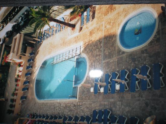Biniamar: vista de la piscina desde el dormitorio