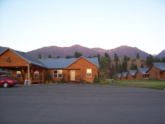 RiverStone Family Lodge: Riverstone Lodge Reception & Cabins