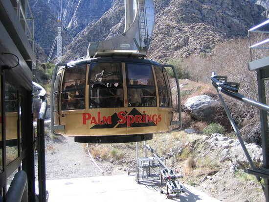‪بالم سبرينجس, كاليفورنيا: Tram car at base of mountain‬