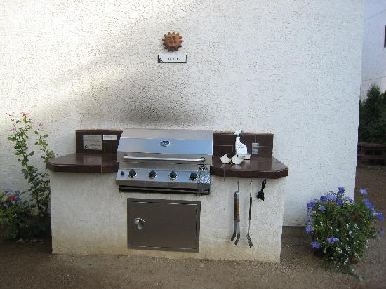 Sandy Beach Motel : BBQ provided to guests
