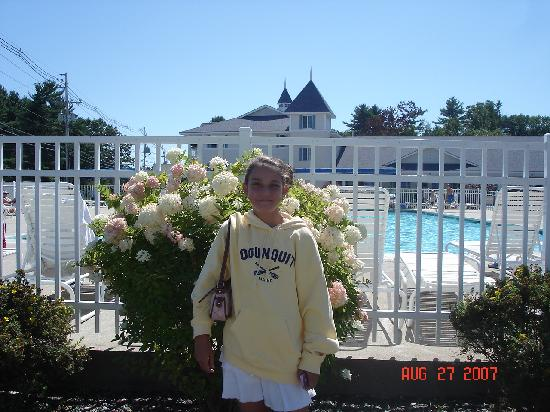 Ogunquit Resort Motel: Flowers by Pool
