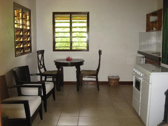 Mangoes Resort: Kitchen and living room