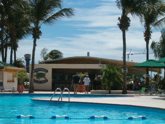 Royal Islander Club La Plage : Poolside bar and grill