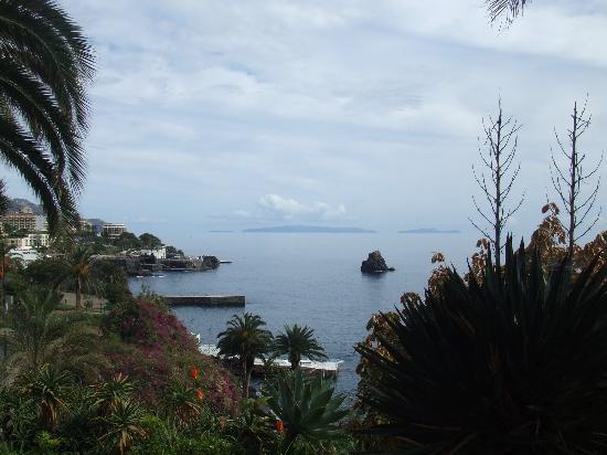 Hotel Baia Azul: Looking towards Funchal from garden by pool