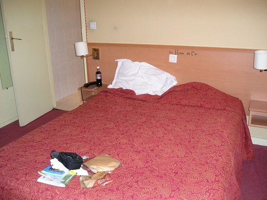 Hotel les Hauts de Passy: Unconfortable bed