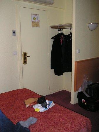 Hotel les Hauts de Passy: Place to hang only 3 hangers