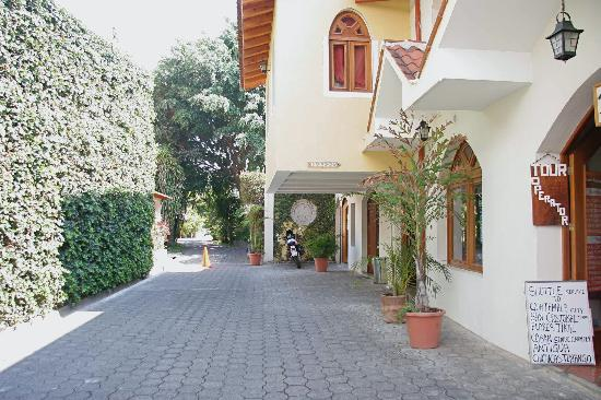 Hotel Dos Mundos: Looking back toward the quiet area where the rooms are located