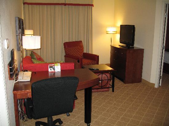Residence Inn Lafayette Airport: living room + desk area