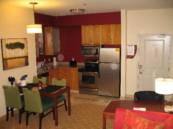 Residence Inn Lafayette Airport: kitchen + dining area