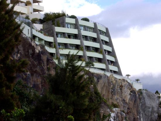 Madeira Regency Cliff: view of the hotel from promenade down below