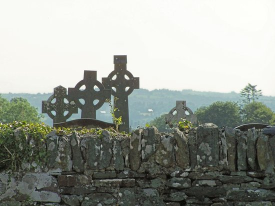 Ierland: Celtic crosses in 600 y/o cemetary