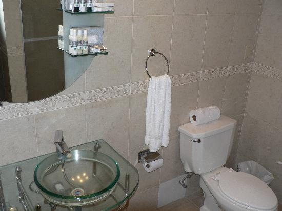 Hotel Playa Blanca Beach Resort: 4th floor suite - bathroom