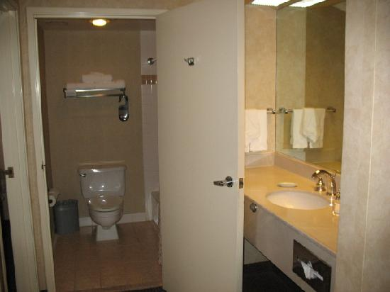 The Plaza Suites Silicon Valley : Room 322 Dressing Area & Bath