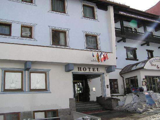 Crystal Sportiv: Front of Hotel