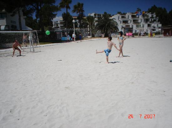 Playa de Muro, Espanha: playing football on the beach