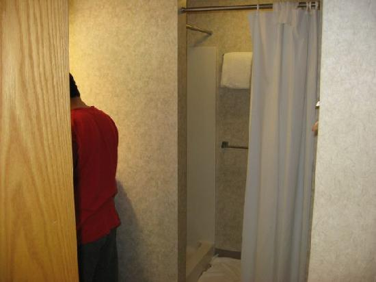 Hillside Inn at Killington: Rest of the bathroom and shower/changing room.