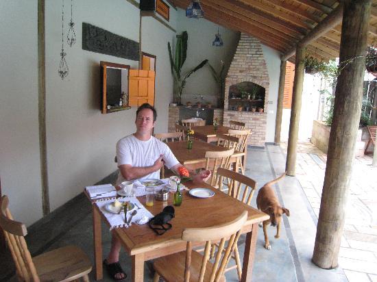 Pousada Guarana: Breakfast by the pool