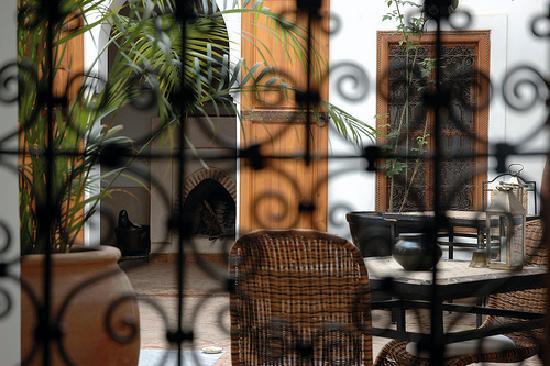 Riad Miski: Vue sur le patio à travers une fenêtre.