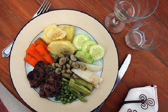 Riad Miski: Délicieuses boulettes et légumes vapeur, une spécialité au goût raffiné d'Hamed.