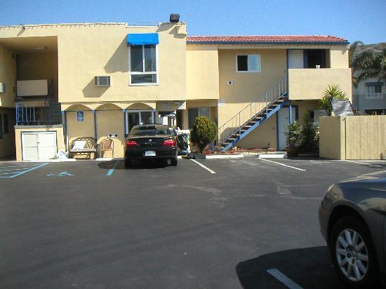 Little inn By The Bay: parking lot
