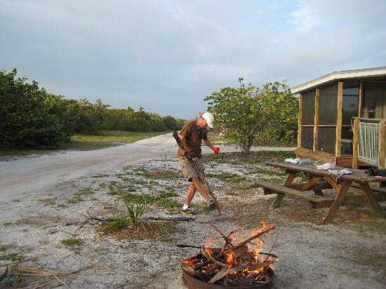 Boca Grande, FL: Outside of the cabin- came with 2 picnic tables