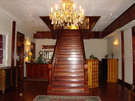 Ione Hotel: The beautiful sweeping staircase leading to the upper rooms