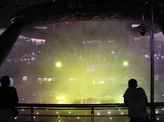 น้ำพุแห่งความมั่งคั่ง: Light show spray