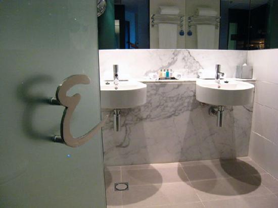 Emporium Hotel: Bathroom view