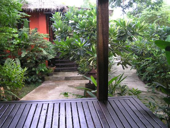 Baan Nam Ping Riverside Village: Garden view