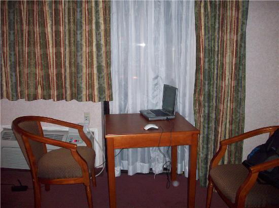 Hills Garden Hotel San Bernardino: Table