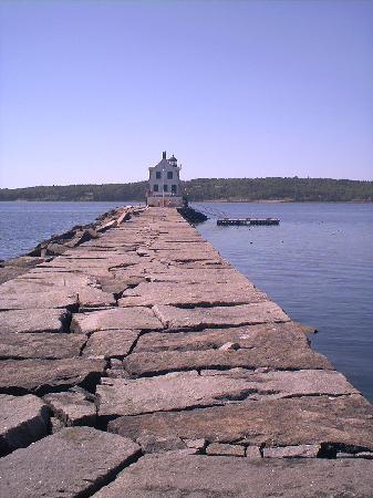 Rockland Breakwater Light: the walk