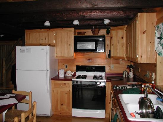 Moosehead Hills Cabins: kitchen