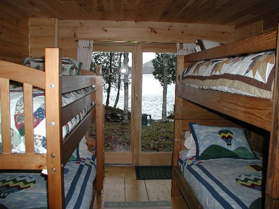 Moosehead Hills Cabins: lower floor bunk beds