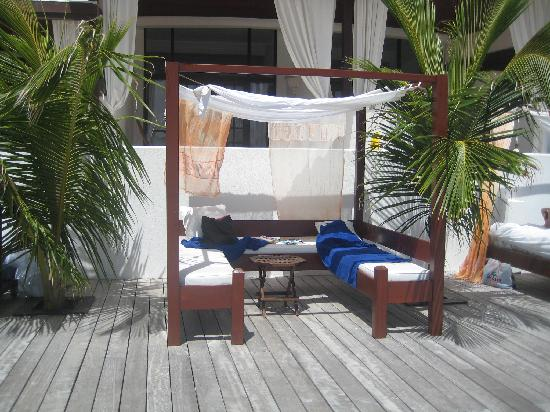 Silver Point Hotel: Day bed on the deck