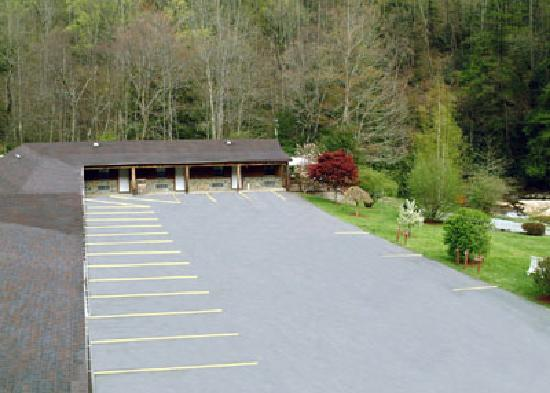 The Four Seasons Lodge: Motel lower level that is next to Cherry River...